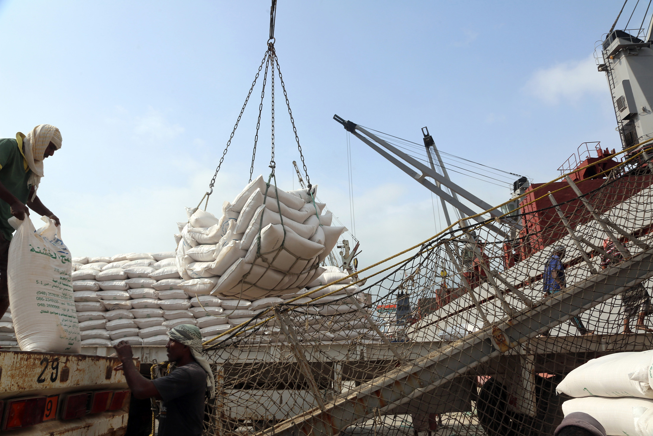 Bloomberg: у берегов Йемена в судно с грузом пшеницы из России попала ракета