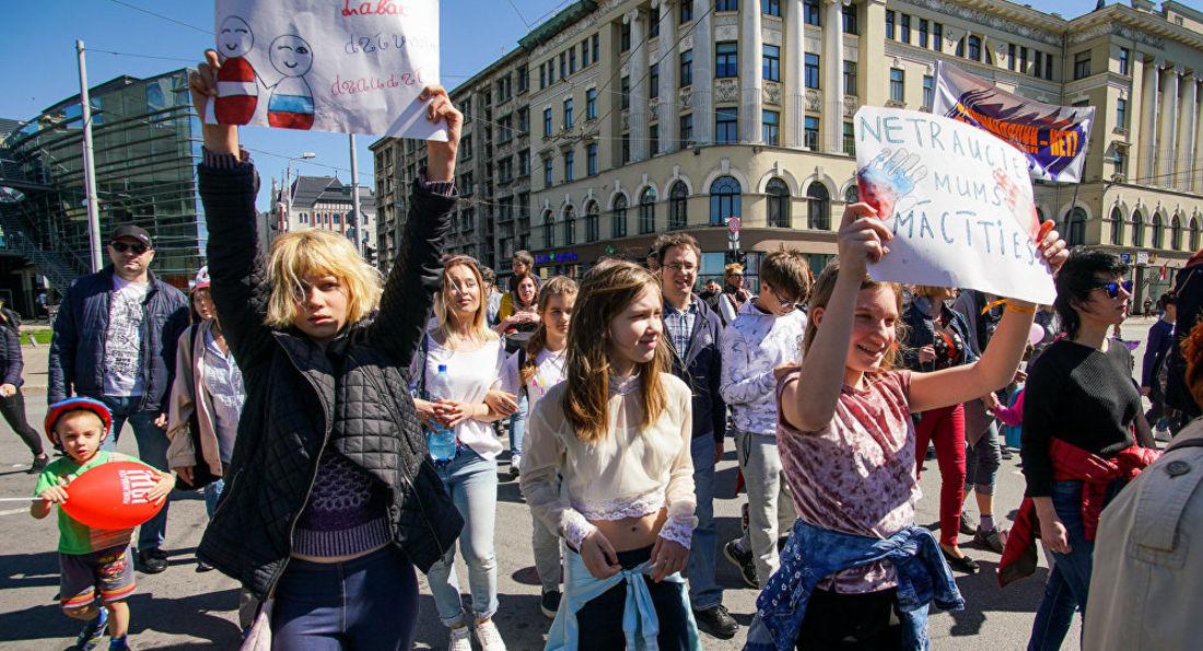 Тысячи человек вышли на марш в защиту русских школ Латвии