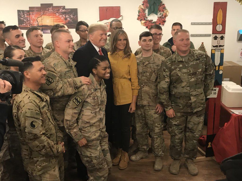 """Президент США Дональд Трамп вместе с Меланией Трамп посетили Ирак с необъявленным визитом. Трамп заявил: """"вообще не планирует"""" выводить американские войска из этой страны"""