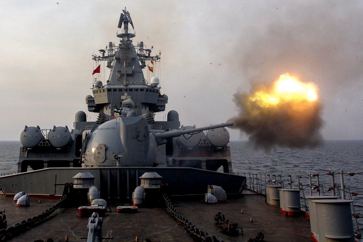 """Ракетный крейсер """"Варяг"""" и эсминец """"Быстрый"""" выполнили артиллерийские стрельбы по береговым целям на учениях в акватории Тихого океана"""