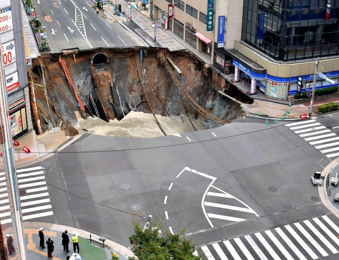 В Японии произошел огромный провал дороги (ФОТО, ВИДЕО)