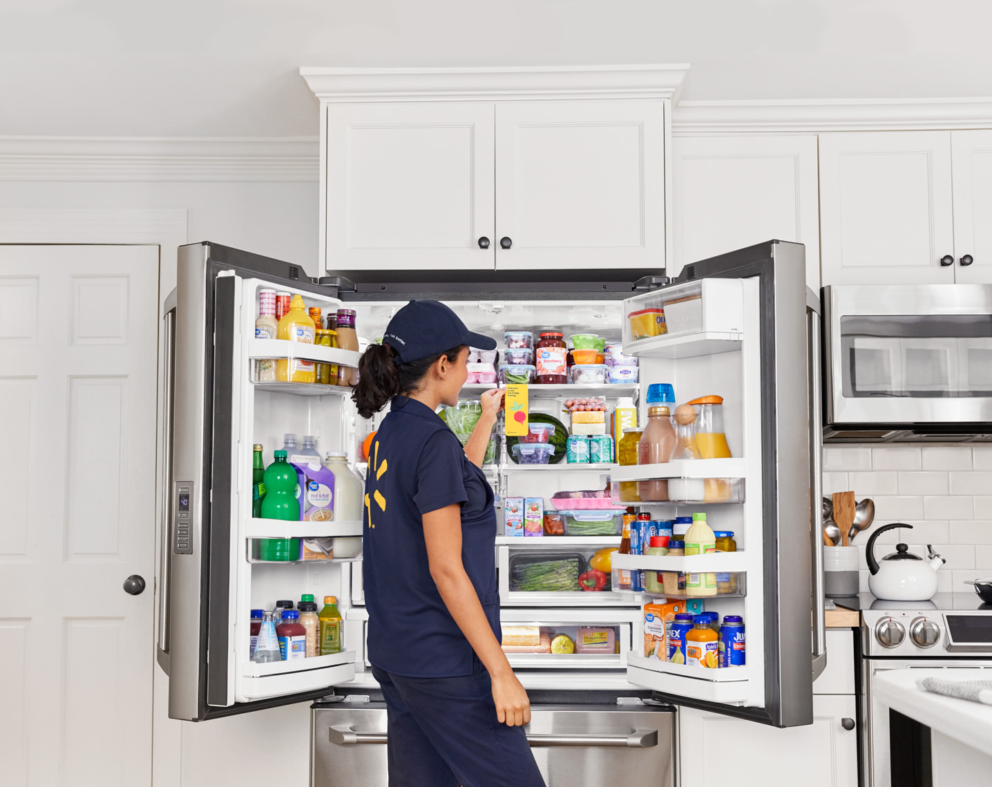 Walmart запустила сервис доставки продуктов до холодильника, курьер приносит их в дом и сам открывает дверь смартфоном