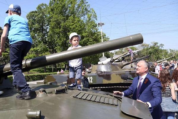 """Игорь Додон: """"Мы помним. Мы гордимся....."""" (В столице Молдавии советские танки вытеснили хаммеры НАТО)"""