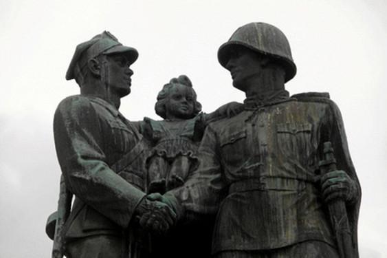 Россия ответит Польше асимметрично (В Москве прорабатывают возможные меры против Варшавы за снос советских мемориалов)