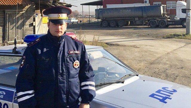 Под Екатеринбургом полицейский вынес из горящего дома четырех детей