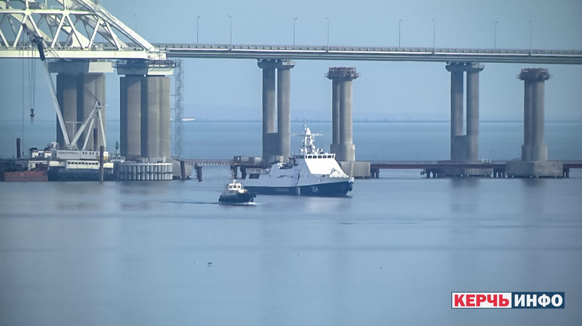 Неизвестное судно перекрыло проход кораблям ВМС Украины под аркой Крымского моста
