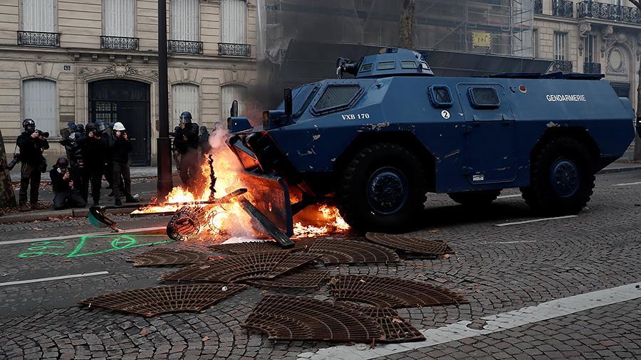 Бронетехника вошла в охваченный протестами Париж