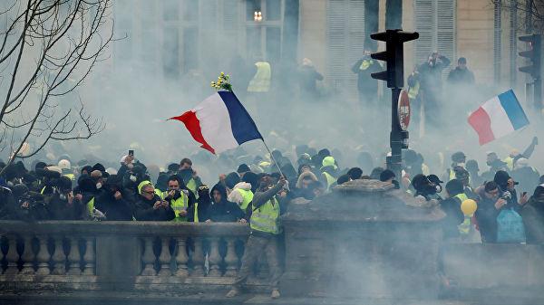 Число протестующих во Франции достигло 25 тысяч человек