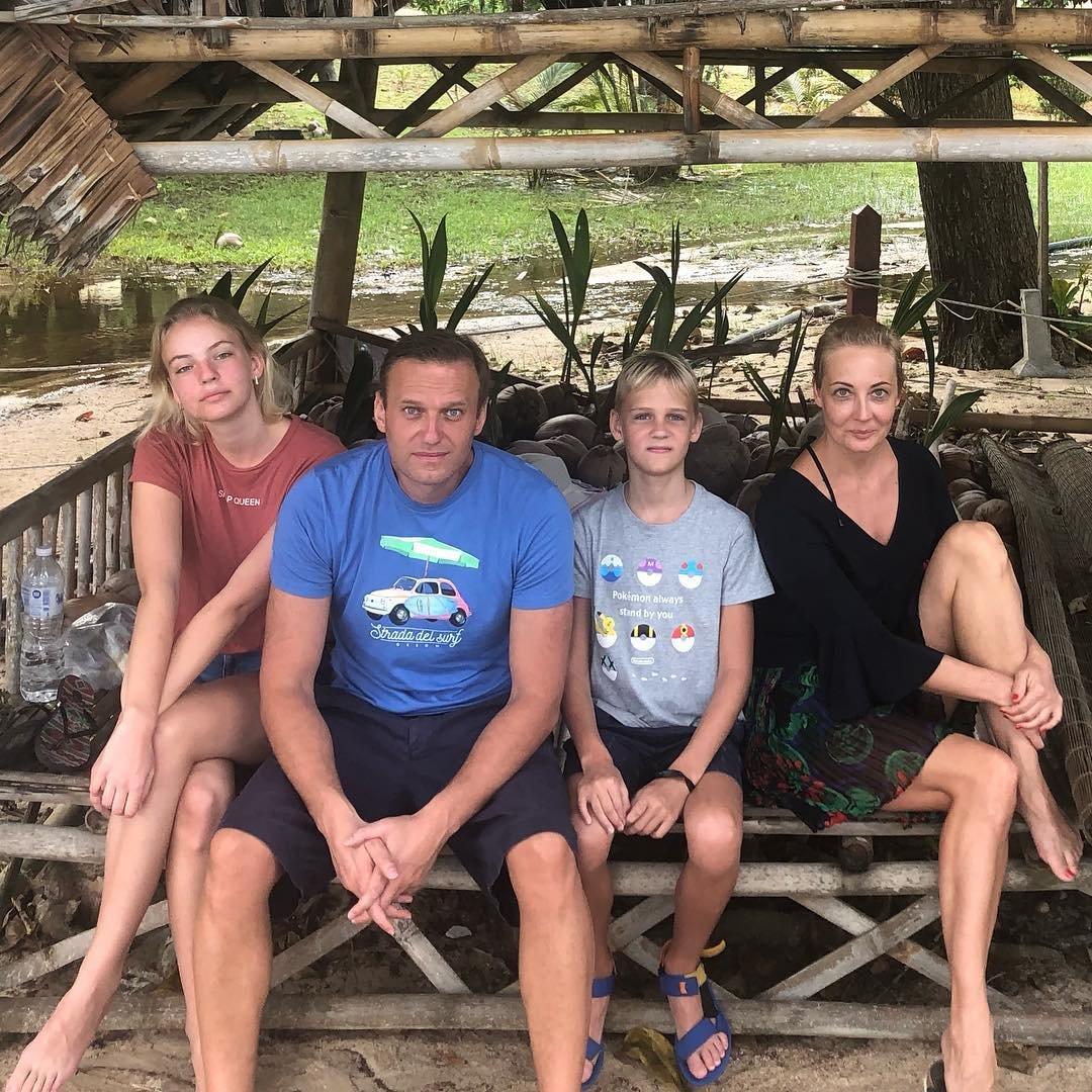 Копил всю жизнь: Безработный Навальный отдыхает с семьей за границей