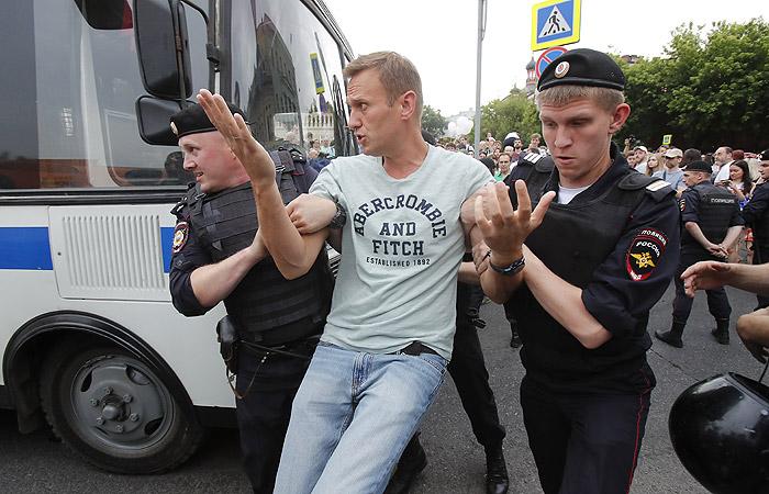 Навального задержали на акции в поддержку Голунова в Москве
