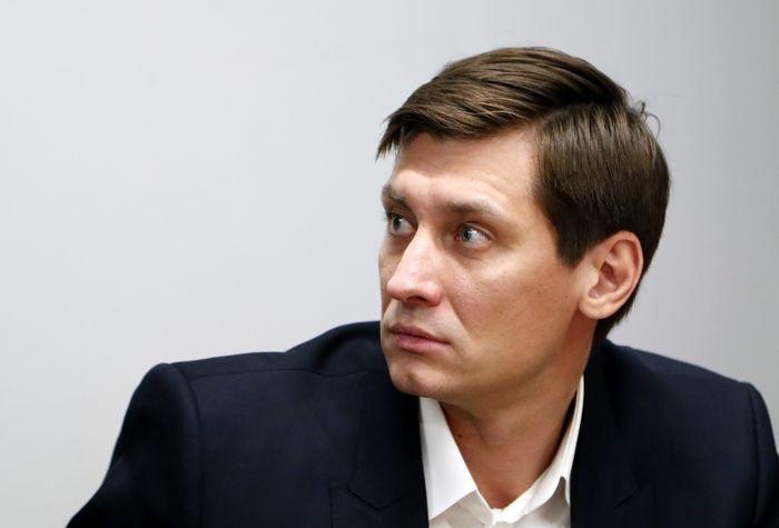 К Дмитрию Гудкову пришли с обысками (Навальный получил 30 суток ареста из-за призыва к участию в несанкционированной акции)