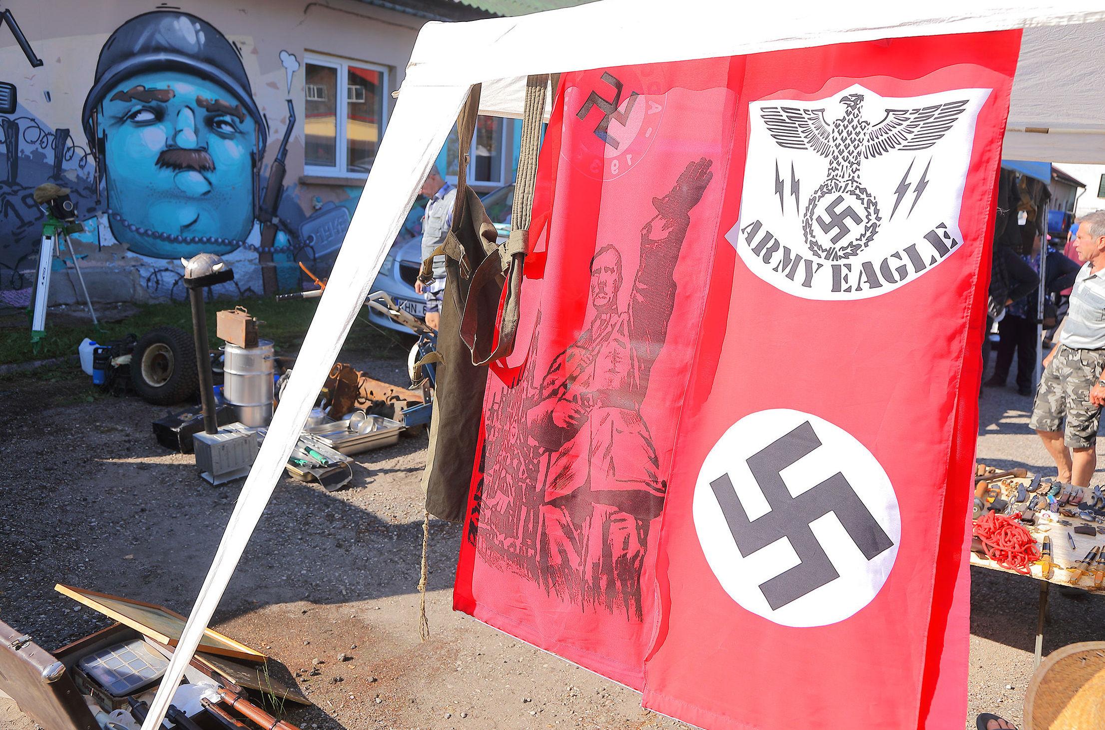 "Рынок ""нацистской продукции"" на базе НАТО в Эстонии: Магнитик с улыбкой нациста и пиво с запахом свастики"