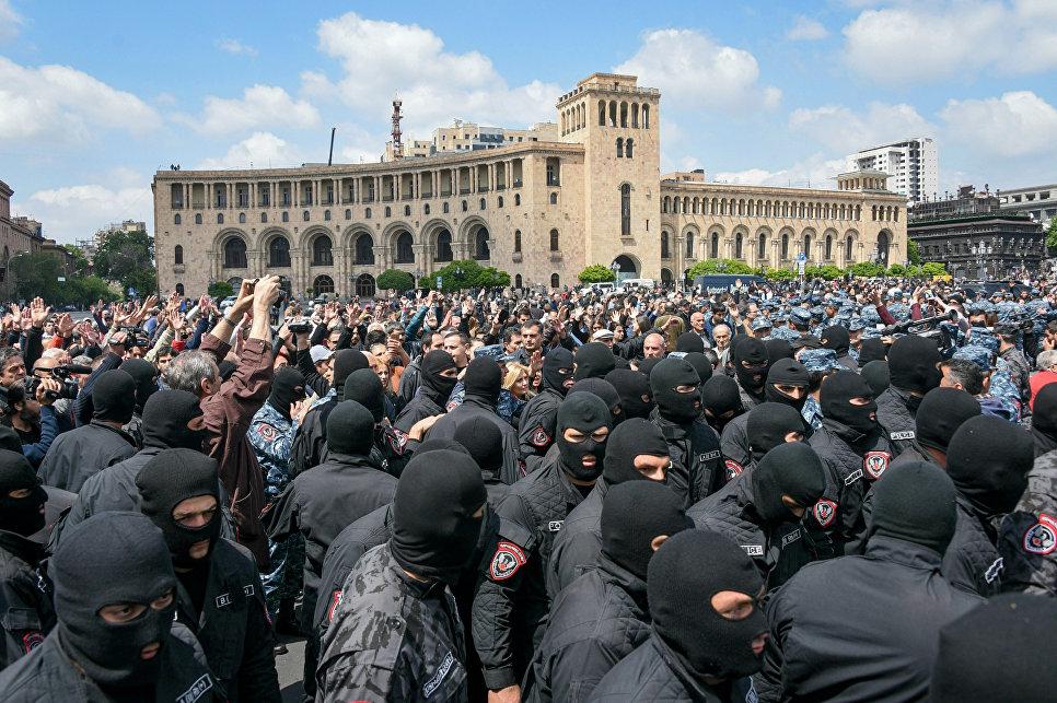 """В Армении освободили лидера акций протестов оппозиционного депутата Пашиняна: """"За последние 24 часа я был полностью изолирован. Сейчас изучу списки всех задержанных, и мы займемся их освобождением"""""""