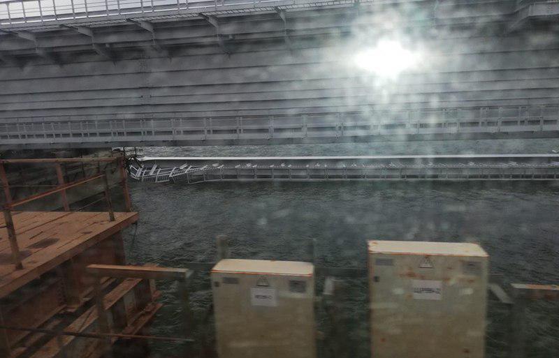 Один из железнодорожных пролетов Крымского моста при монтаже накренился и упал в акваторию на мелководье