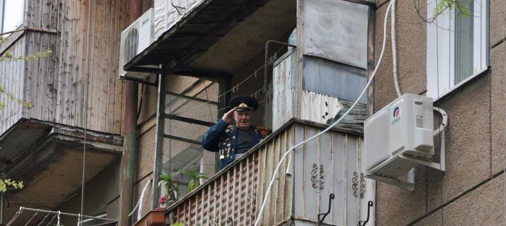 В Одессе под балконом 96-летнего полковника в отставке Ивана Кулибабы который не выходит из дома оркестр сыграл День Победы!
