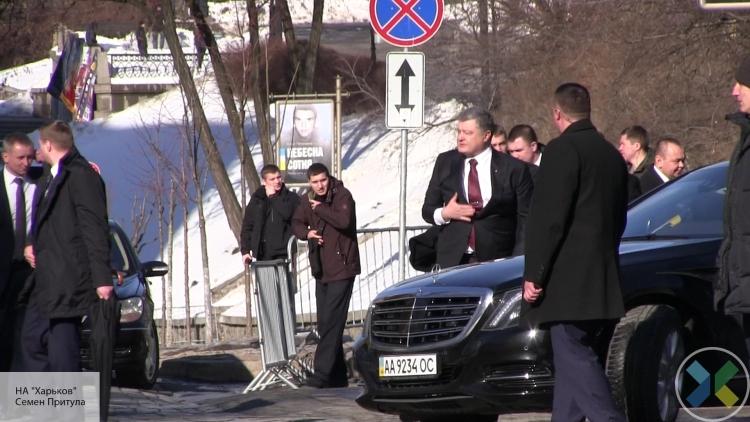 Вали отсюда: толпа в Киеве освистала Порошенко