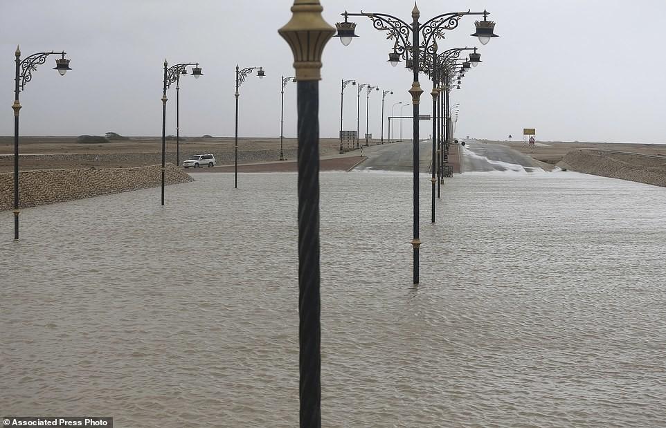 Наводнение в пустыне: на Оман обрушился шторм, и кадры действительно впечатляют