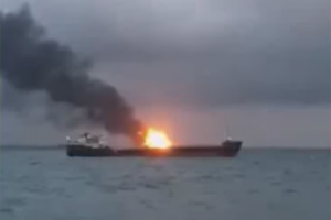 В районе Керченского пролива горят два судна (По предварительным данным, на одном из судов произошел взрыв)