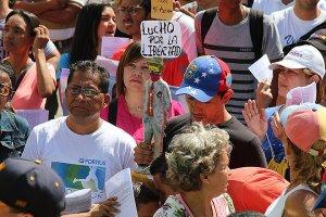 """""""Мы не хотим стрелять друг в друга"""": Как Венесуэла раскололась на два лагеря"""