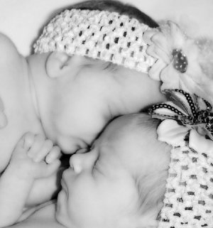 """""""Женщина стояла в спальне, вокруг нее была лужа крови"""": тюменская бригада скорой помощи помогла спасти беременную двойней женщину и новорожденных"""