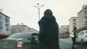 Видео того, как инспектору зажали руку в стекле автомобиля и проехались с ним распространяют в соцсетях.