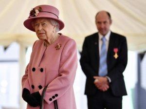 Английскую королеву Елизавету II заподозрили в желании…