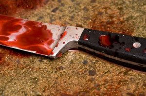 Жена напала на мужа с ножом из-за приснившейся…