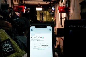 Соцсети и сервисы начали блокировку аккаунтов сторонников Трампа   (К Твиттеру…