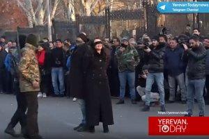 На митинге у парламента Армении показали спектакль о расстреле Чаушеску с…