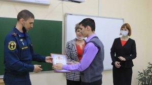 В Приморье наградили школьника, спасшего провалившегося под лед…