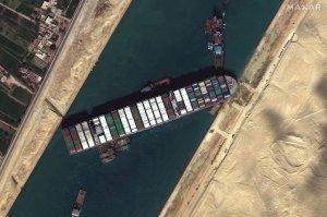 Президент Египта поручил разгрузить перекрывшее Суэцкий канал…